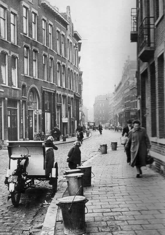 Een gewoon straatbeeld uit die jaren de vuilnisbak aan de stoeprand.