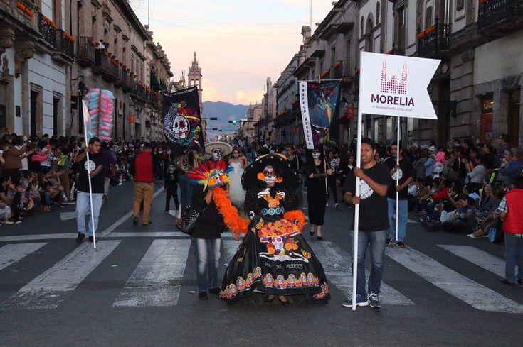 Miles de personas caracterizadas desfilaron por calles del Primer Cuadro de Morelia; extraordinaria respuesta de participantes y público se tuvo en este desfile amenizado por la música de la Tuna ...