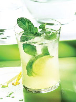 Recette de Ricardo. Une recette de mojito. Avec des feuilles de menthe fraîche, du club soda, du rhum brun, de la lime. Un drink rafraîchissant.