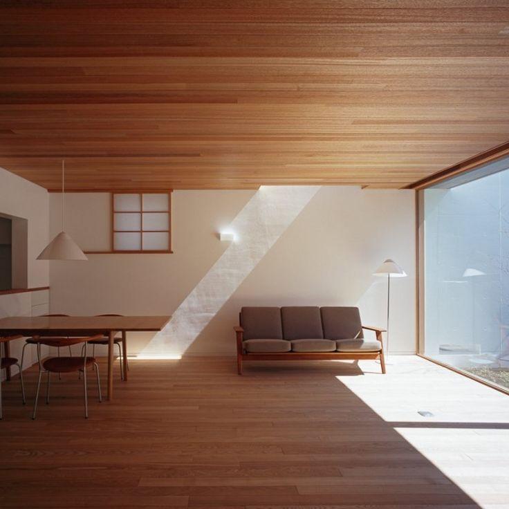 ラワン縁甲板を張った天井と、タモ無垢材のフローリング (武蔵野の家)