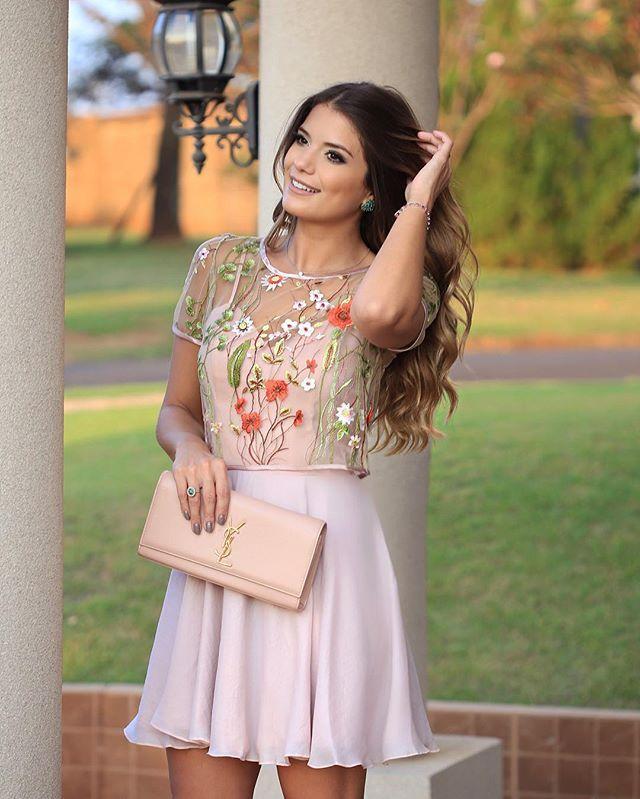 Vestido @mauyoficial  Muito de princesa né? Um basiquinho de alcinhas com cropped de tule bordado por cima