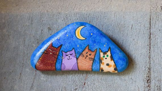 Hand-painted stones with cats. Behind every stone there is a hook for hanging.  As for the choice of motifs, tell me your preference among those photos. In my other listings there are different designs.  NOTE: The shape of the stone will not necessarily be the same as that shown in the photo.  Write me for shipping in countries not listed.