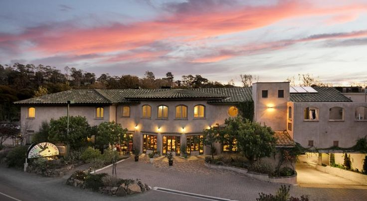 El Colibri Hotel & Spa Cambria This central coast hotel and spa in Cambria is walking distance to Moon Stone Beach Park. The hotel features a full-service spa, Wine Bar and a fireplace in every room.