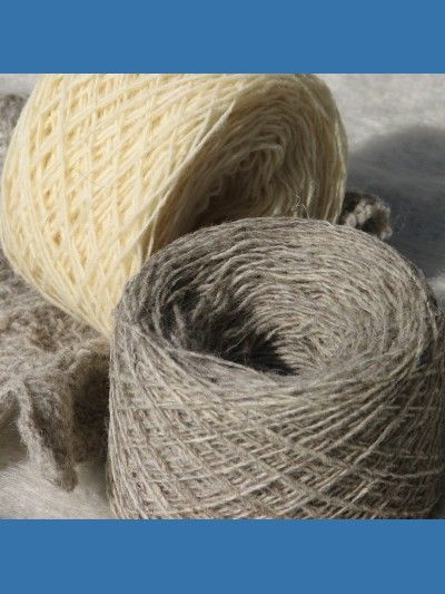 Ce fil vient directement de la toison de nos moutons, élevés dans le respect de la nature et des hommes.Pas de teinture, le gris est obtenu grâce à des moutons noirs.  Composition :100 % pure laine vierge La pelote :25g=200 m Tricotage : Aig2.5mm(jusqu'à 4 pour la dentelle) Lavage :30°C àla main- entretienconseillé avec Eucalan>>