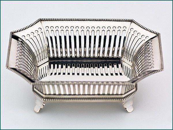 Zilveren bonbonmand uit 1907 - Hollands zilveren bonbonmand 2e gehalte Afmeting 14,1 x 11 x 5 cm Gewicht 172 gram Jaarletter X = 1907 Meesterteken G. Greup-Regtdoorzee - Schoonhoven