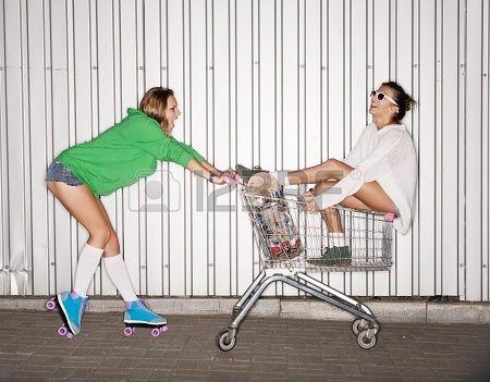 Z okazji dwóch niegrzecznych kobiet z koszyka zewnÄ…trz Zdjęcie Seryjne - 17887617