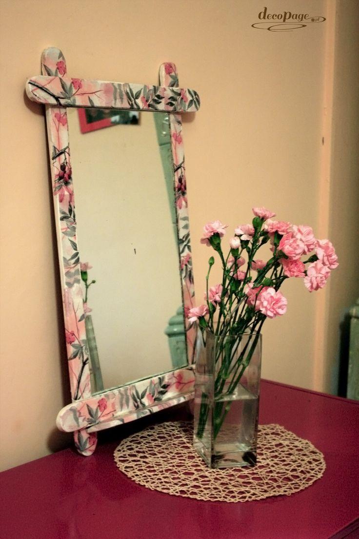 Kilka ruchów pędzlem sprawiło, że szkaradne, stare lustro, jak za dotknięciem czarodziejskiej różczki zmieniło się w kwiatową ozdobę.