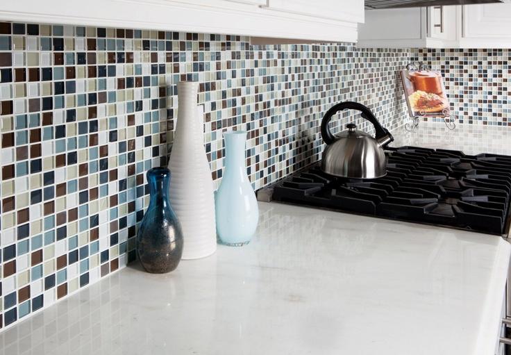 Respaldo de colores y marmol de mesada muy claro for Mesada de marmol de carrara para cocina