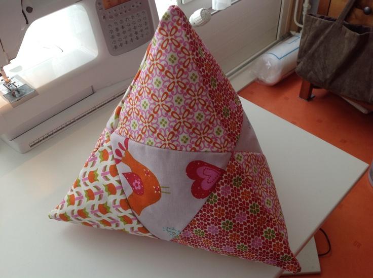 Mijn piramide kussen van de stoffen van A House of Happiness, de byCozz collectie.