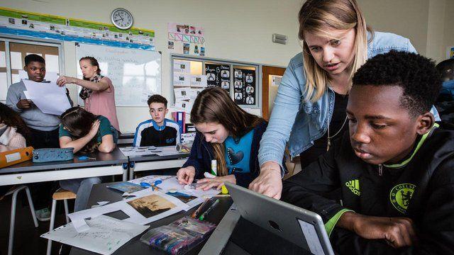 De middelbare school COOVI in Anderlecht laat leerlingen kiezen wanneer ze aan welke opdracht werken.©Kristof Vadino