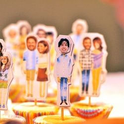 Customize cupcake toppers and put whole family on the party table! (in Portuguese) - What a great idea!90 Anos, Cupcakes Toppers, Parties Ideas, Families Photos, Custom Cupcakes, Parties Tables, Estéfi Machado, Cupcake Toppers, Parties Fun