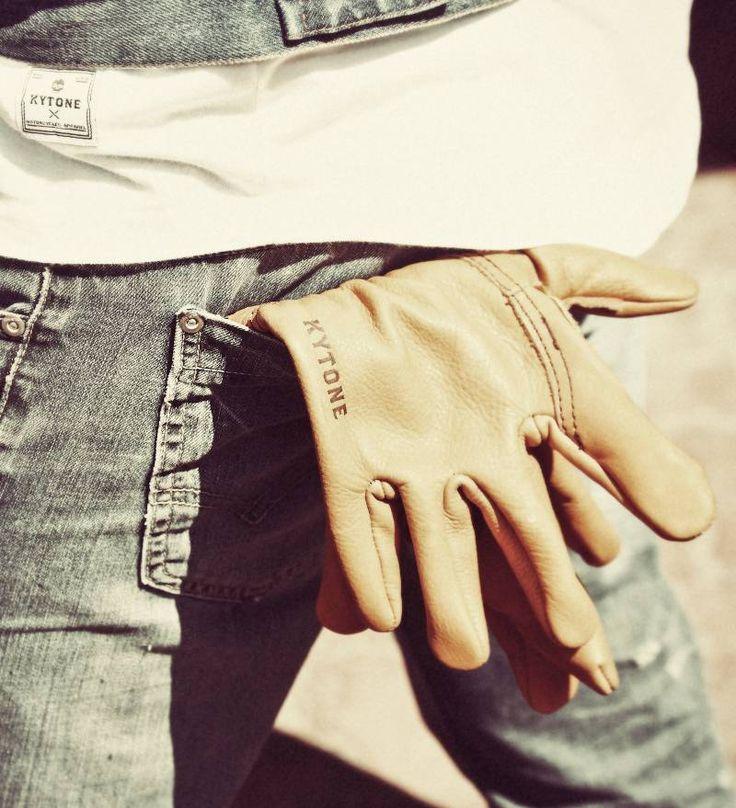 Les Gants en cuir Kytone sont inspirés par le workwear pour apporter résistance et look vintage. Fabriqués en France de manière artisanale par un gantier de l'Aveyron, les coutures sont renforcées et la paume est doublée en cuir pleine fleur. En plus d'être résistants à l'abrasion, les Gants en cuir Kytone sont traités hydrofuge pour garder les mains au sec lorsque la météo devient capricieuse.