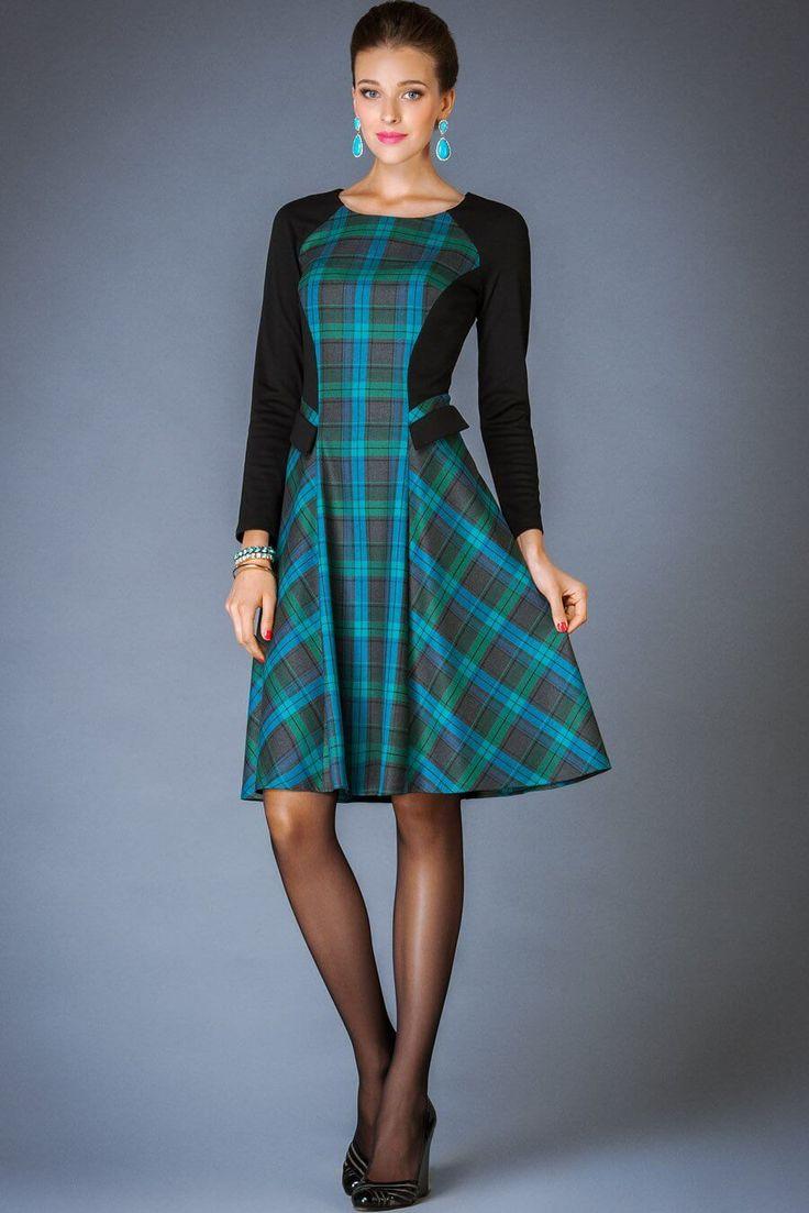 Платье — сарафан в клетку, колготки, туфли на каблуке, бижутерия