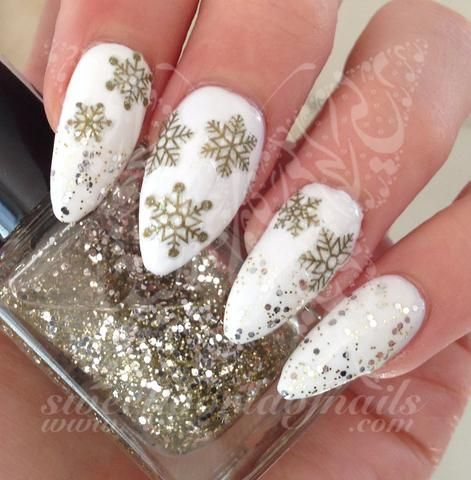 białe paznokcie w gwiazdki