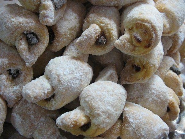 Nejmilovanější zreceptů na lahodné rohlíčky a koláčky, které jsou výborné stvarohem, mákem i ořechovou náplní… Na těsto je potřeba: 250 g másla 500 g polohrubé mouky 40 g droždí 1 vejce 1,5 dcl mléka 2 kostky cukru špetka soli jako další přijde vhod i: náplň, ať už tvarohová, maková, či rodinou nejzbožňovanější ořechová cukr moučka …