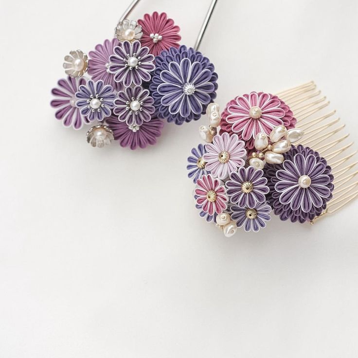 紫の菊花のつまみかんざし Two purple mums tsumami kanzashis ・ 菊花モチーフのつまみかんざし二種です。 コームの方は一応、菊花と南天のイメージだったりします。 ただ、見ただけでは分からないような配色にしてあるので、季節を問わずに使う事が出来ると思います。 ・ This is my new tsumami kanzashi which was inspired by the chrysanthemum. ・ #hairaccessories #kanzashi #kimono #craft #art #artwork #Japan #igersjp #ig_nippon #簪 #かんざし #髪飾り #ヘアアクセサリー #着物 #ハンドメイド #ハンドクラフト #アート #つまみ細工 #つまみかんざし #菊