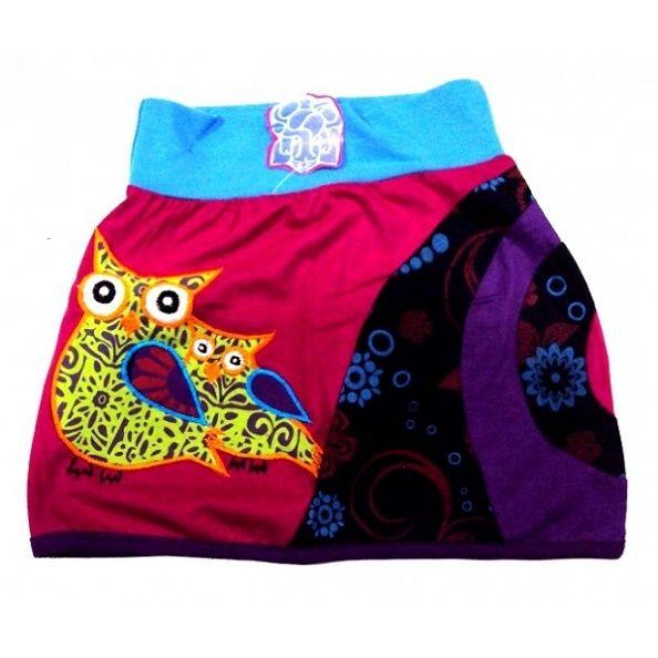 Falda hippie para niña de punto de algodón con dibujo de dos bhúos estampada en tonos fucsia, lila, azul. Borde inferior bordado en color lila. Con cinturilla elástica. Muy cómoda y divertida. Talla 3 a 4 años.