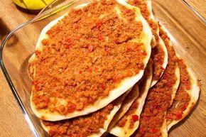 Gibt es ein türkisches Rezept, was jedem schmeckt? Ja, die berühmte Türkische Pizza (Lahmacun). Wusstet Ihr, dass es in der Türkei Türkische-Pizza-Läden gibt (gibt es auch in Deutschland teilweise), wo diese leckeren Pizzen im Steinofen gebacken werden? Sie sind dort beliebter als Restaurants. Hier in Deutschland werden sie meistens in Dönerläden angeboten, aber leider schmecken sie mir gar nicht. Deshalb zeige ich Euch eine einfache Variante, wie man sie zu Hause selbst machen kann. Diese…