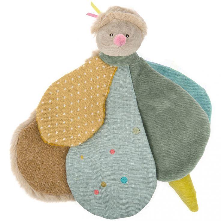 Le Doudou plat luciole Les Tartempois de la marque Moulin Roty accompagnera bébé dés sa naissance et lui tiendra compagnie toute la nuit et pendant la sieste.
