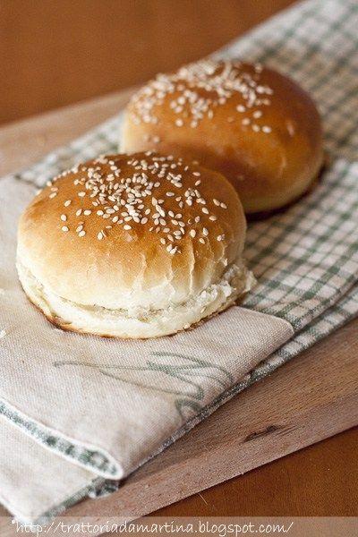 Nonostante io non sia un'amante del Mc Donald's, e anzi, per dirla tutta, non ci mangio mai perché proprio non mi piacciono i sapori, le salse grondanti e il Ceddar palstificato modello panino della Fisher Price (in pura plastica), mi piaceva l'idea di riprodurre i panini tipici per poi magari farcirli più genuinamente in casa, con un hamburger di manzo più salutare, una bella foglia di lattuga croccante e magari della maionese fatta in casa, o una crema salata….In casa …