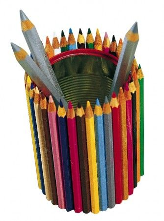 Avec une boite de conserve et des crayons de couleurs réalisez une boite à crayons.