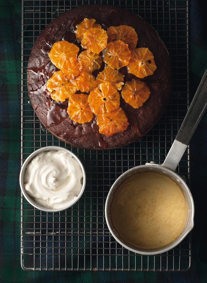 Κέικ σοκολάτας με δαμάσκηνα και σιροπιασμένο πορτοκάλι