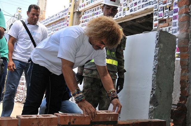 Con ayuda de algunas personalidades ayudamos a reconstruir Tumaco después de un atentado a principio de año.