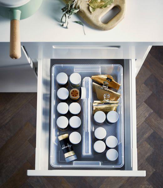 Foto von oben auf eine IKEA SAMLA Box mit Gefäßen voller Kräuter und Gewürze in einer offenen Schublade