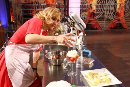 Mousse de ciocolata alba cu capsuni si jeleu de tomate la Masterchef