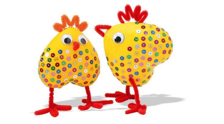 Med materialepakken kan børnene lave søde kyllinger. Brug pakken, maling og Effektliner og kom i sving! Mal hjerterne og pynt med chenille, rulleøjne og pailletter. Børnene bruger fantasi og finmotorik - og får lidt PIP!