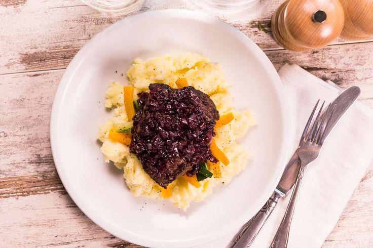 Recept voor biefstuk voor 4 personen. Met zout, boter, peper, aluminiumfolie, rode wijn, biefstuk, aardappelen kruimig, sjalot, wortel, courgette, melk en honing