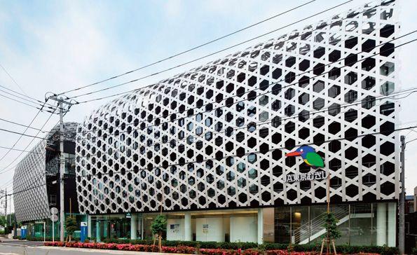 「竹かご」をイメージした巨大なアルミ製ルーバーが特徴の東京むさし農業協同組合本店ビル(写真提供:岡村製作所)