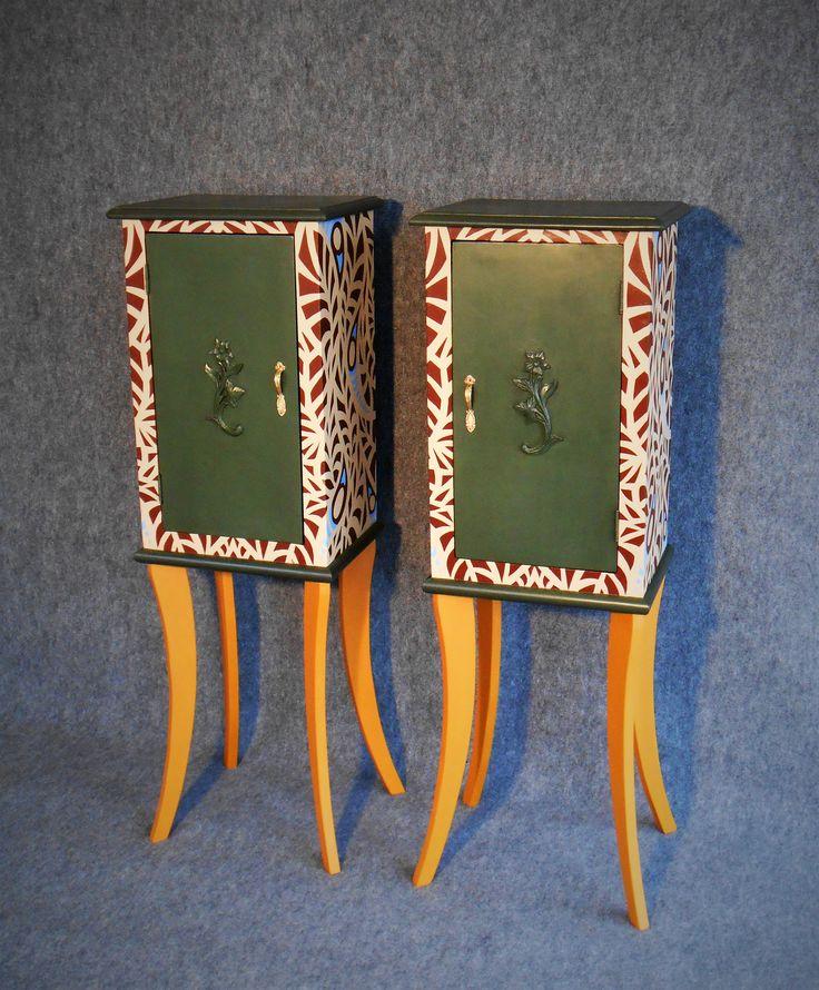 Decorazione a pennello di coppia di comodini vintage ai quali è  stata  effettuata la sostituzione delle gambe