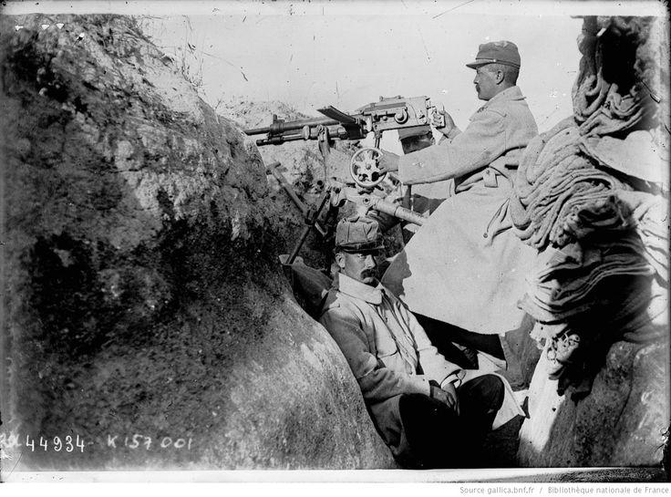 Soldat [français] dans une tranchée armé d'une mitrailleuse : [photographie de presse] / [Agence Rol]