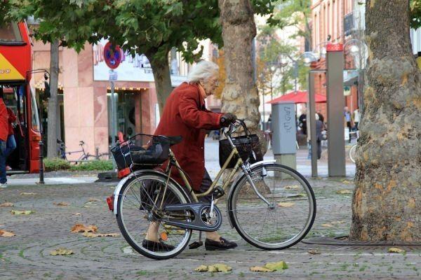 Жанна Кальмон установила мировой рекорд продолжительности жизни — 122 года и 164 дня. Видимо судьбе просто нравилось, как живет мадам Кальмон. Жанна — француженка, она родилась в Орли. Когда построили Эйфелеву башню, ей было 14 лет.  В это время она встречалась с Ван Гогом, «Он был грязен, плохо одет и хмур» заявила она о художнике в 1988 году в честь его столетия в одном интервью. В 85 лет она занималась фехтованием, а в 100 ездила на велосипеде. Жанна Кальмон в 114 лет снялась в кино, в…