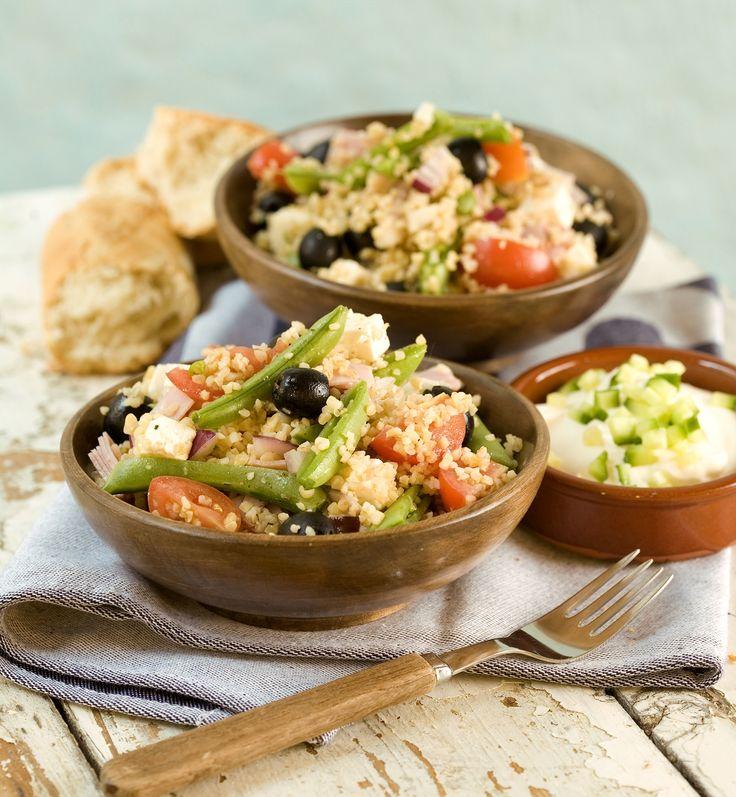 En god og mettende salat med spennende smaker av spisskummen, fetaost og oliven. I stedet for bulgur kan du bruke couscous eller ris i denne salaten.