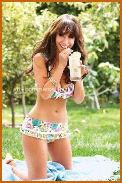 Jennifer Love Hewitt in Flowery Bikini