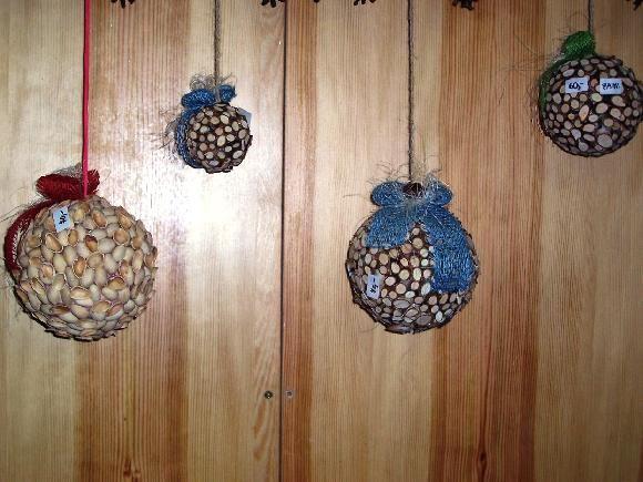 Závěsná dekorace - vyrobeno z nařezaných větviček a slupek pistácie