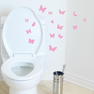 """Ajoutez ce sticker avec ses jolis papillons imprimés façon """"papier toilette"""" à la décoration de vos WC."""