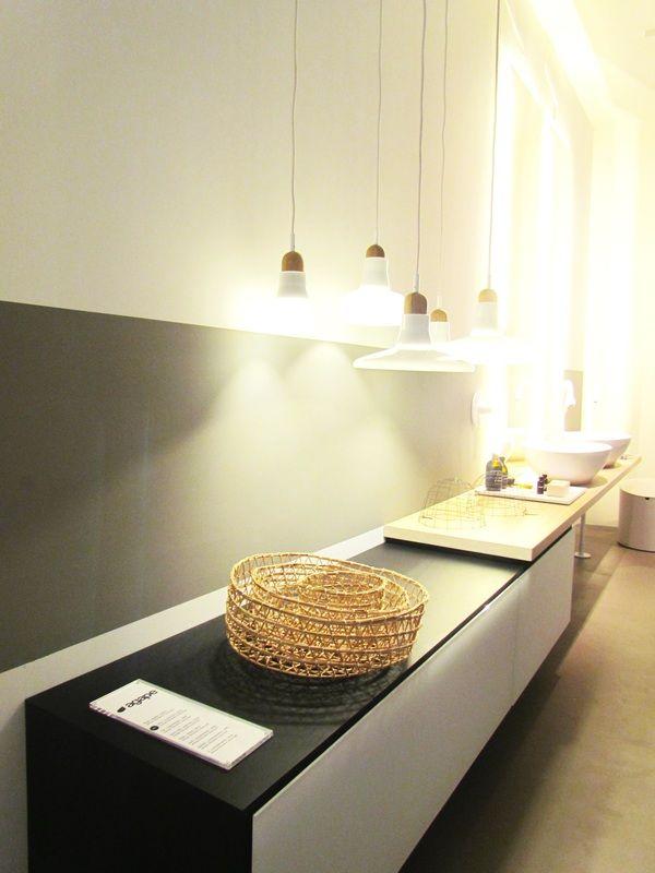 Mobile bagno con doppio lavabo e lampade pendenti agape for Arredo luce bologna
