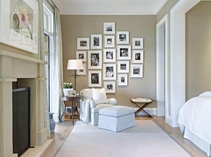 chambre taupe, fauteuil bleu ciel et cadres décoratifs en noir et blanc