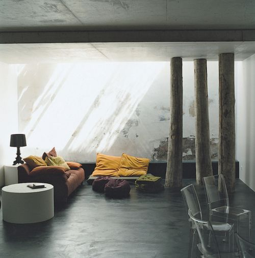 Love the dark floor contrasted with the bright colors of the couch, makes for an eerie serenity. (via woodlove)