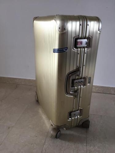 Aangeboden, waanzinnige ruime rimowa koffer multiwheel in nette staat. Deze goeden uitvoering met rode interieur is niet meer leverbaar en hierdoor een collectors item geworden 68cm lichte