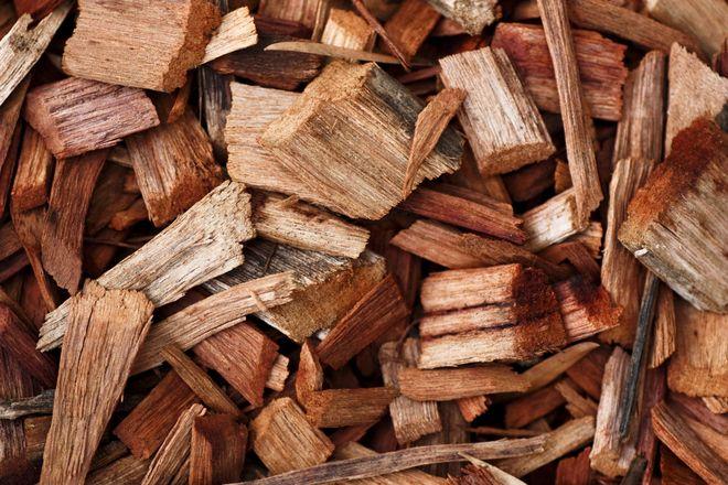 A gros plan d'un paillis de copeaux de bois