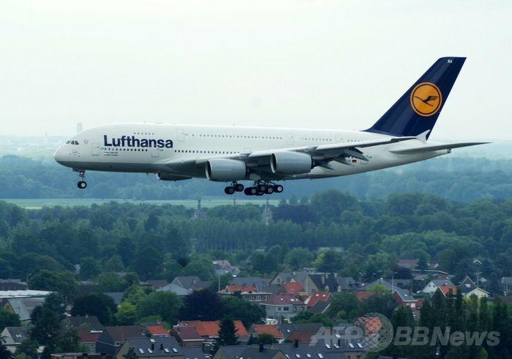 ベルギー・ザベンテム(Zaventem)のブリュッセル国際空港(Brussels Airport)に着陸するルフトハンザ航空(Lufthansa)所有のエアバス(Airbus)A380機(2010年6月8日撮影、資料写真)。(c)AFP/BELGA PHOTO/GERARD GAUDIN ▼12May2014AFP|ベルギー国内の言語対立が再燃、首都圏の飛行ルートめぐり http://www.afpbb.com/articles/-/3014648 #Lufthansa #Brussels_Airport #Aeroport_de_Bruxelles #A380