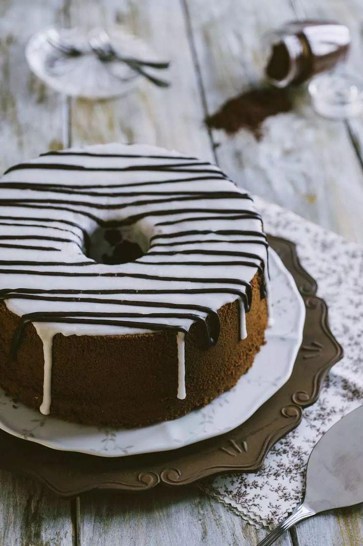 Chiffon cake al cacao, decorata con due glasse a contrasto