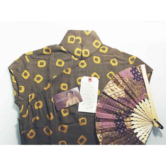 Получил залитой получение домой с работы, но это ждет меня дома.  Мой первый Cheongsam.  Мои китайские предки гордились бы.  И огромное спасибо @trunkofdresses Beckiy для приготовления моя мечта сбылась.  Вы терпеливо отвечал на все мои вопросы - и он подходит мне идеально.  Как перчатка.  Дождь, дождь уходи прочь, я хочу, чтобы носить мой Cheongsam сегодня !!  #vintagecheongsam #vintageasian # 40s # 1940-е годы #vintageqipao #trunkofdresses