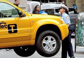 22-Jun-2015 16:48 - HART OVER DE GRENS: PARKEERWACHTER TILT TAXI OP. Omstanders in New York wisten even niet hoe ze het hadden toen een vrouwelijke parkeerwachter het aan de stok kreeg met een chauffeur en zijn taxi optilde. Het zag er uit alsof de dame enorme spierballen heeft, maar de auto was aangepast op de grap. Zo was het motorblok verwijderd en in de achterbak een tegengewicht geplaatst. De blikken van de omstanders zijn in ieder geval onbetaalbaar.