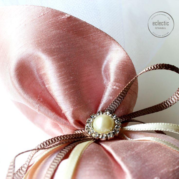 İncili Unique Kese – Eclectic İstanbul  #kese #düğün #düğünşekeri #düğünhediyesi #düğünhazırlıkları #nikah #nikahşekeri #hediyelik #kına #kinahediyelikleri #doğumhediyesi #bebekşekeri #inci #lavantakesesi #bebekmevlütü #weddinggift #weddingfavors #wedding #lavander