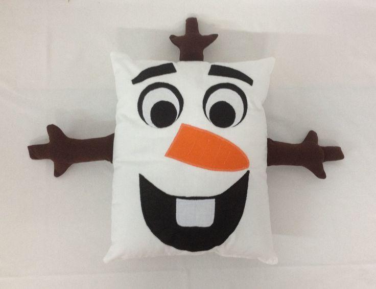 """Olaf é um boneco de neve criado por Elsa e Ana enquanto pequenas. Ele chegou na lojinha para cantar e encantar a todos com sua música...""""O que a neve faz no verão""""    Confeccionado com Tecido 100% Algodão e enchimento com fibra siliconada.  Produto Artesanal.  OBSERVAÇÕES:  Produto confeccionado ..."""